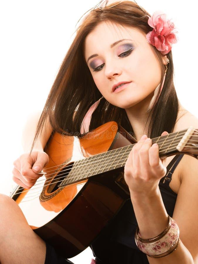 Amante de la música, muchacha del verano con la guitarra aislada foto de archivo libre de regalías