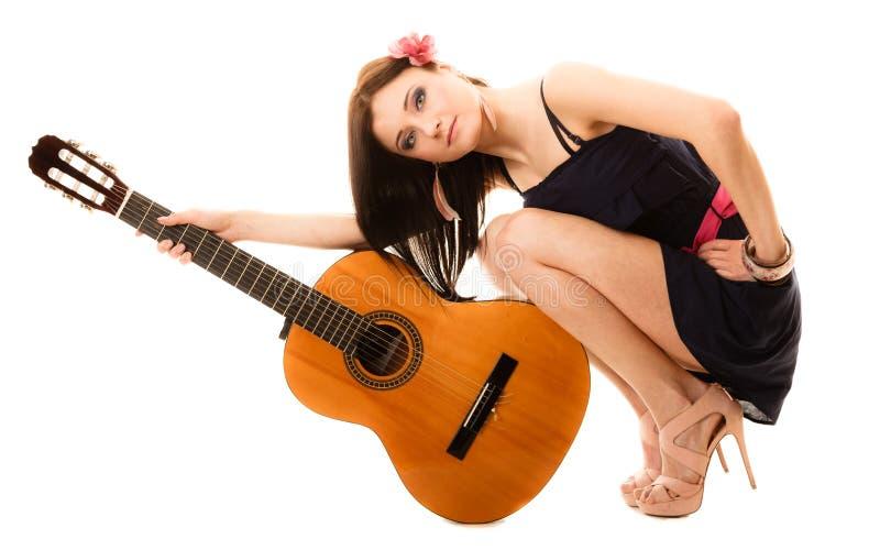 Amante de la música, muchacha del verano con la guitarra aislada imágenes de archivo libres de regalías