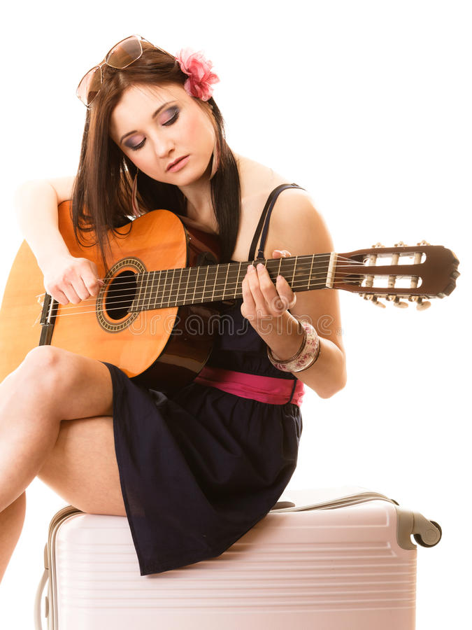 Amante de la música, muchacha del verano con la guitarra y maleta foto de archivo