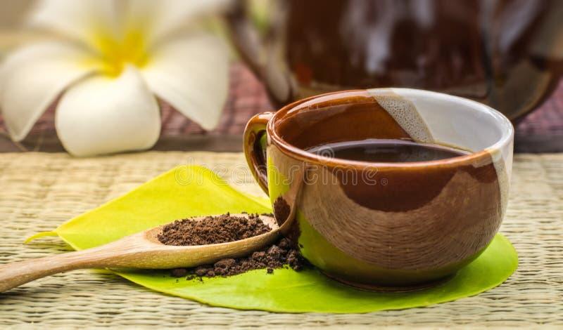 Amante del café La taza de café en la hoja verde con café asado encendido corteja imagenes de archivo