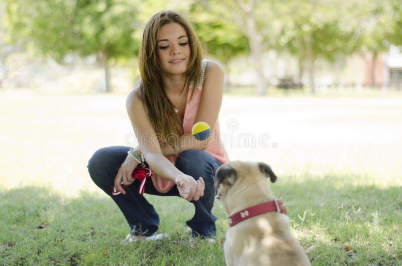 Amante femenino lindo del animal doméstico y su perro imágenes de archivo libres de regalías