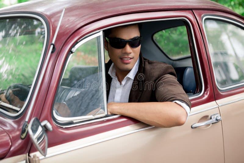 Amante-muchacho en un coche fotos de archivo