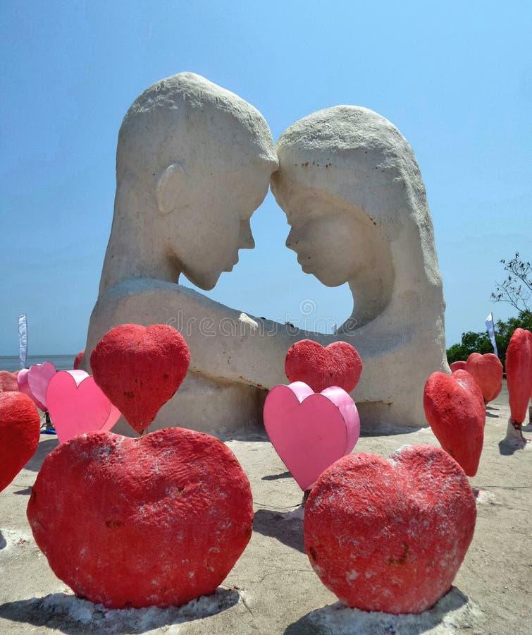 Amante nella tenuta e nella scultura rossa del sale di amore fotografie stock