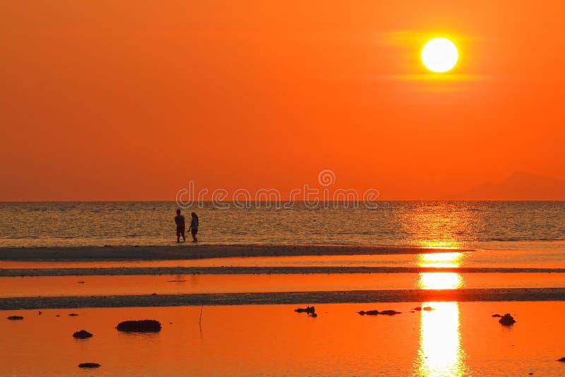 Amante no por do sol da praia com efeito da luz dourado fotos de stock