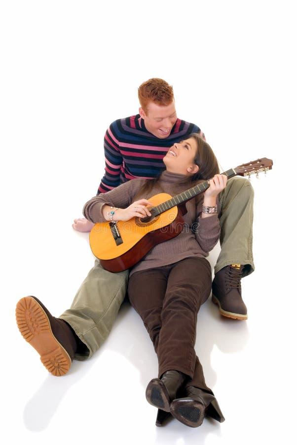 Amantes adolescentes com guitarra foto de stock royalty free