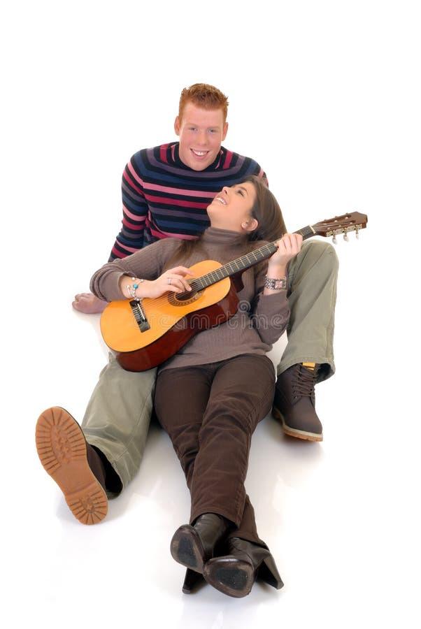 Amantes adolescentes con la guitarra imagen de archivo libre de regalías
