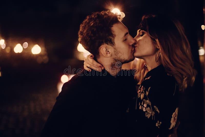 Amantes apaixonado que beijam sexualmente na rua da cidade da noite estiletes fotografia de stock