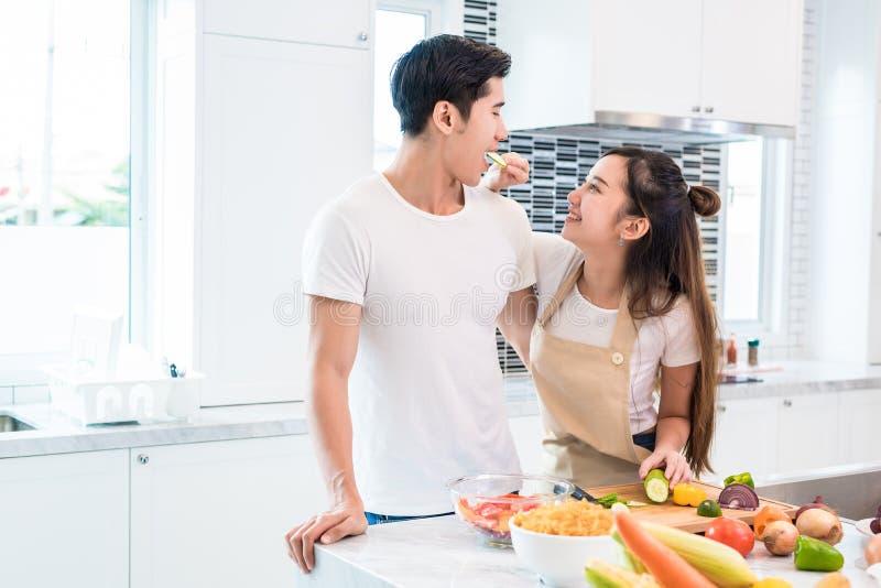 Amantes asiáticos que alimentan la fruta y comida el uno al otro, pares y Fa fotografía de archivo libre de regalías
