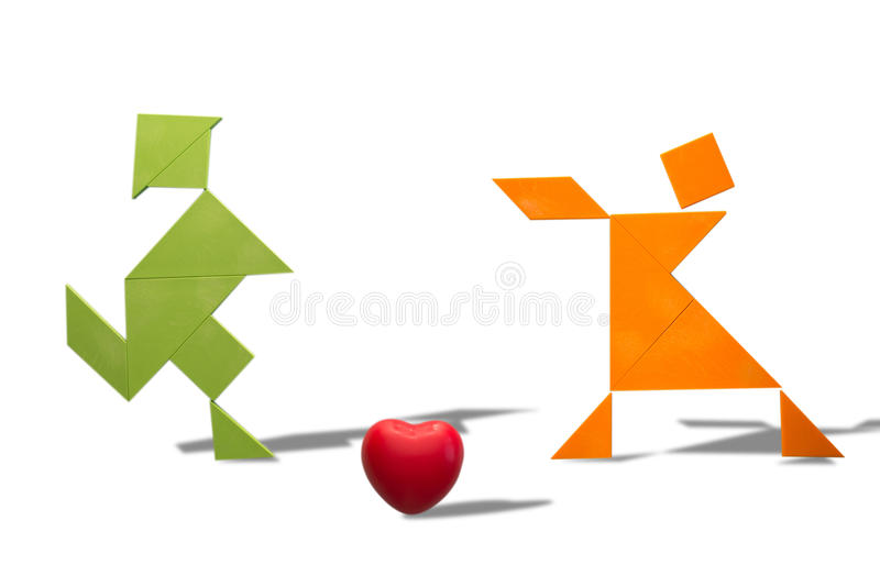 Amantes da madeira com um coração no fundo branco fotografia de stock