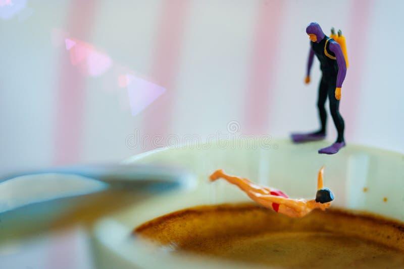 Amantes del café express conceptuales con los buceadores imagen de archivo