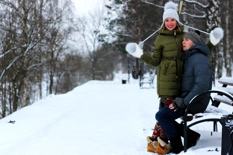 Amantes en el parque en invierno fotografía de archivo libre de regalías
