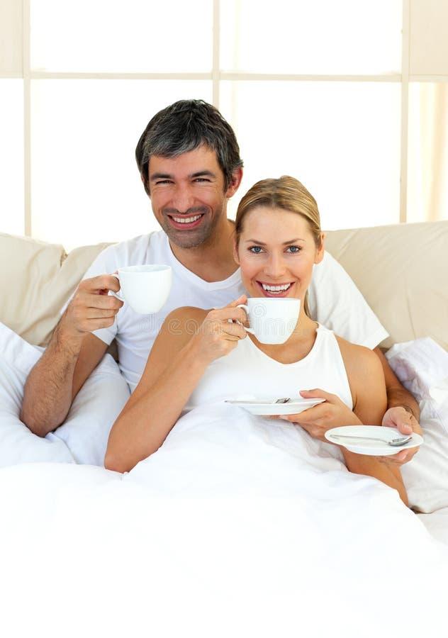 Download Amantes Entusiásticos Que Bebem O Café Imagem de Stock - Imagem de bedroom, bebida: 12811921