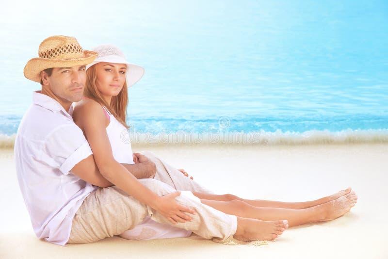 Amantes felices en la playa foto de archivo libre de regalías