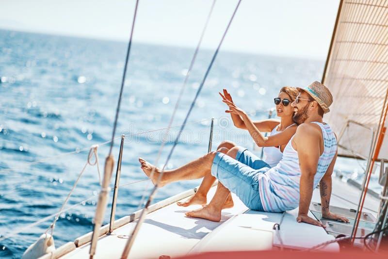 Amantes felices que se relajan en un yate de lujo Pares en traves?a fotos de archivo libres de regalías