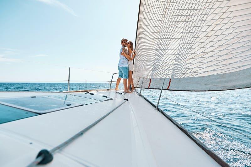 Amantes felices románticos en viajar del barco de cruceros foto de archivo libre de regalías