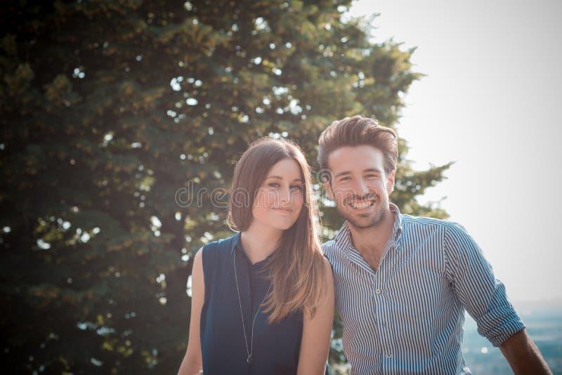 Amantes hermosos jovenes de los pares fotografía de archivo libre de regalías