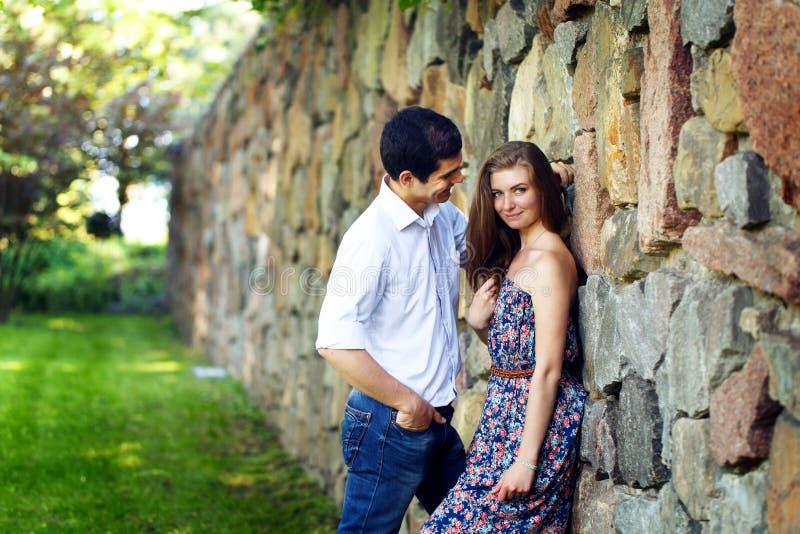 Amantes hombre joven y mujer foto de archivo