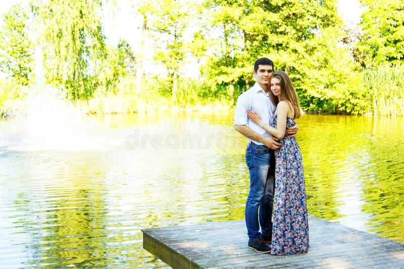 Amantes hombre joven y mujer fotos de archivo