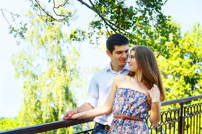 Amantes hombre joven y mujer imagen de archivo