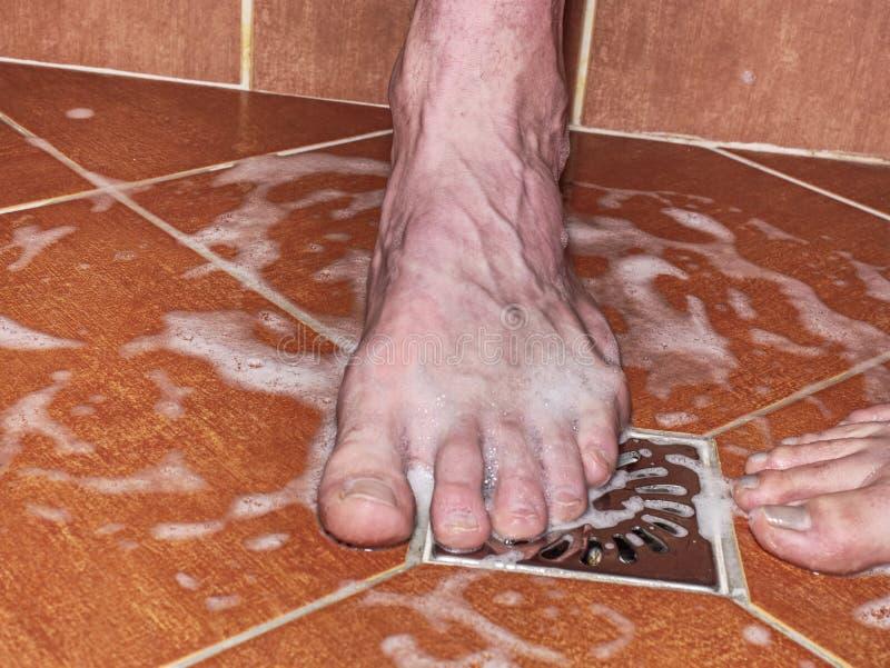 Amantes, hombre y mujer descalzo en ducha foto de archivo libre de regalías