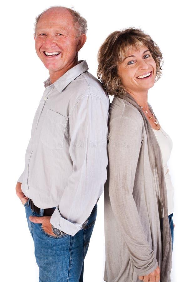 Amantes mais idosos dos pares, de volta à parte traseira imagens de stock