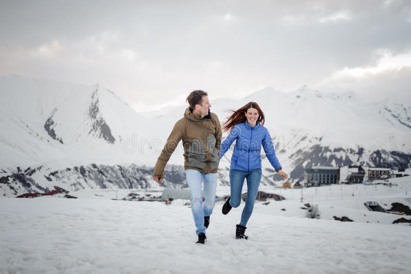 Amantes novos que passam o tempo e que têm o divertimento nas montanhas fotografia de stock royalty free