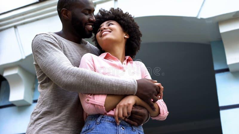 Amantes que abraçam, recém-casados na lua de mel, relações felicidade, afeição fotos de stock royalty free