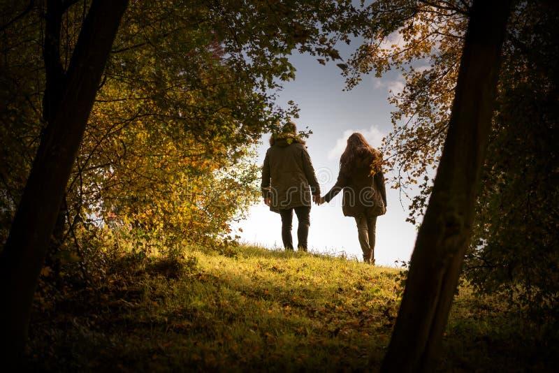 Amantes que celebran caminar de las manos  imágenes de archivo libres de regalías