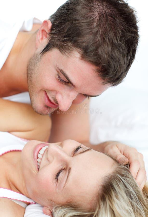 Amantes que encontram-se na cama fotografia de stock