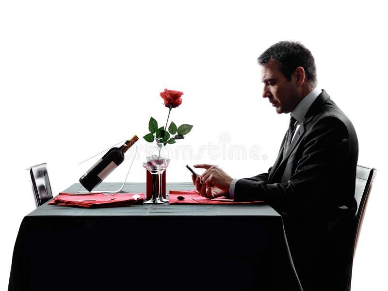 Amantes que esperan siluetas de la cena foto de archivo