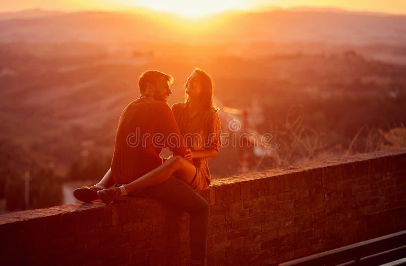 amantes. Rom?ntico en la puesta del sol. Pareja sonriendo y disfrutando juntos imágenes de archivo libres de regalías