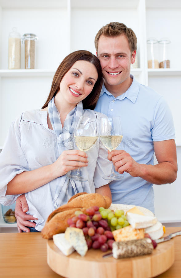 Amantes sonrientes que beben el vino blanco fotos de archivo libres de regalías