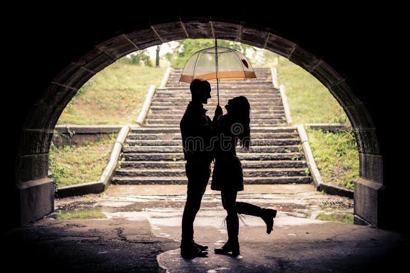 Amanti con l'ombrello un giorno piovoso immagini stock