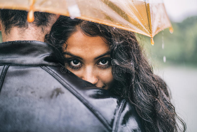 Amanti con l'ombrello un giorno piovoso fotografia stock libera da diritti