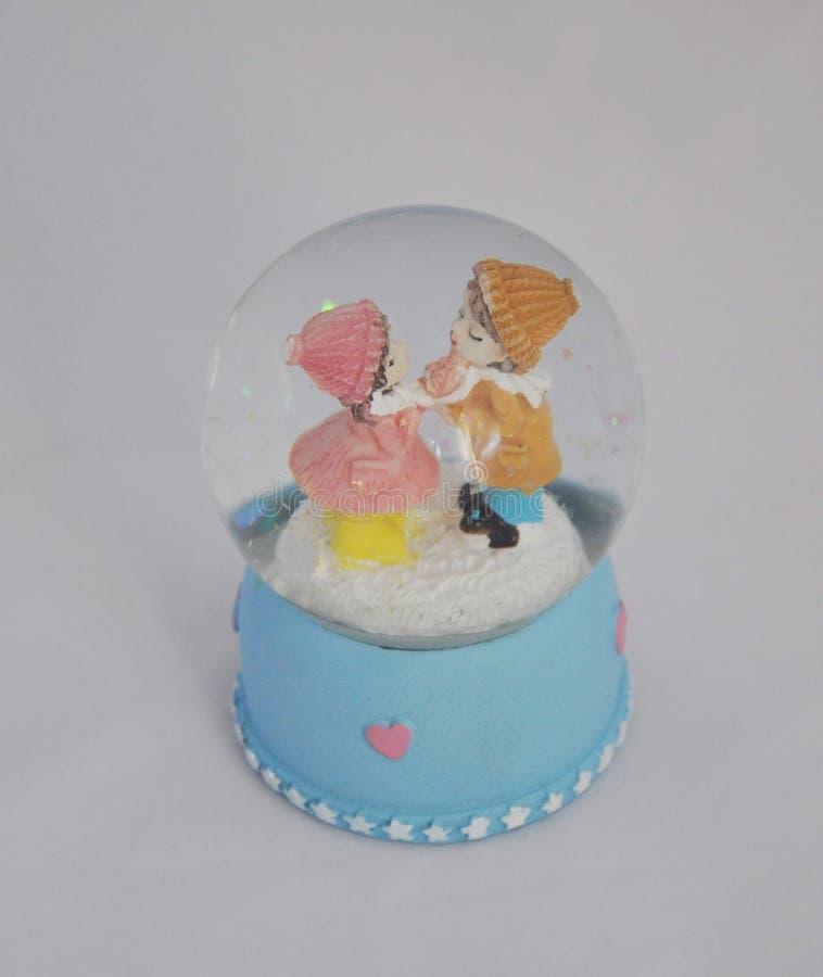 Amanti della figurina, amanti, regalo, palla con le figure, festa, amore, sogno, fiaba immagini stock libere da diritti