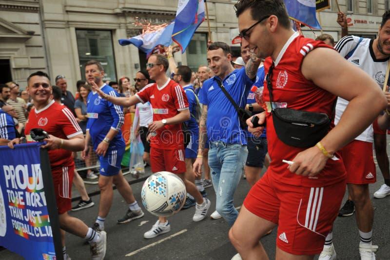 Amanti di calcio al gay pride a Londra, Inghilterra 2019 fotografie stock libere da diritti