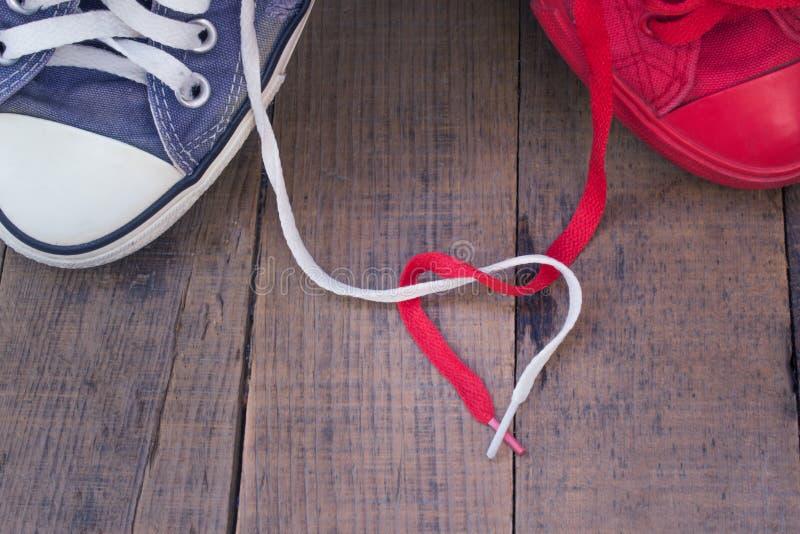 Amanti di comunicazione di amore di sensibilità delle scarpe da tennis fotografia stock libera da diritti