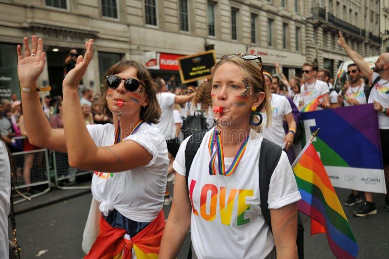 Amanti lesbici al gay pride a Londra, Inghilterra 2019 fotografia stock libera da diritti