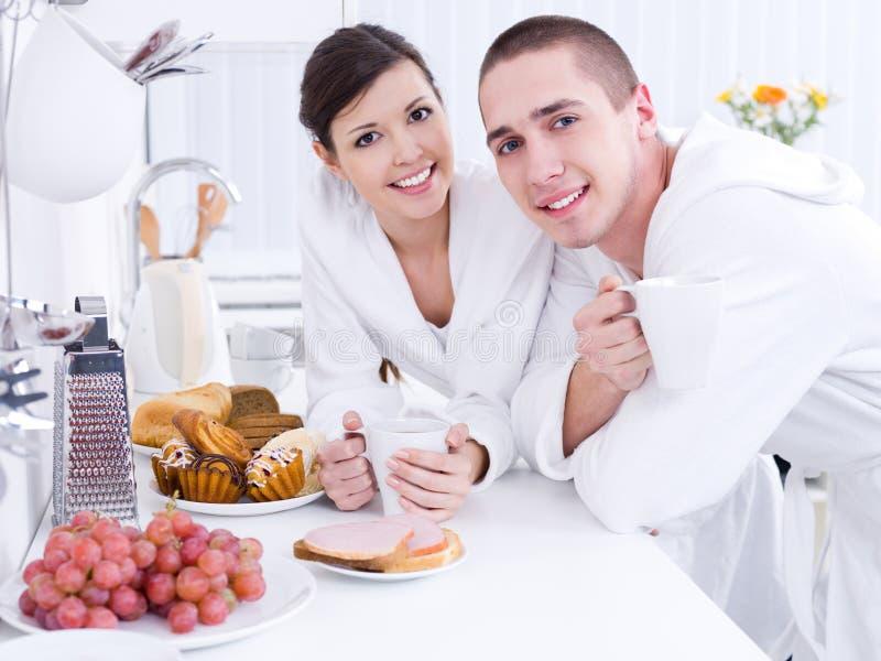 Amanti sorridenti nella cucina fotografia stock
