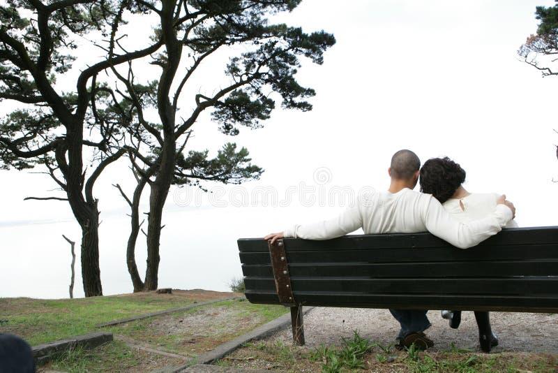 Amanti sul banco immagine stock