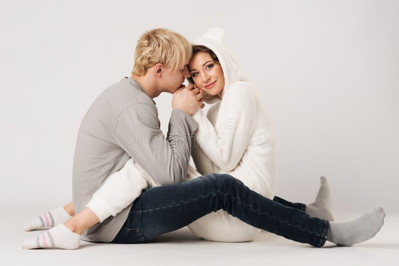 Amanti, tipo felice e ragazza il giorno del ` s del biglietto di S. Valentino fotografia stock
