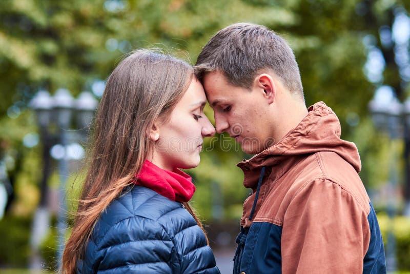 amanti Una coppia amorosa cammina intorno alla citt? Tenersi per mano amoroso delle coppie Abbraccio e bacio delle coppie Passegg fotografie stock libere da diritti