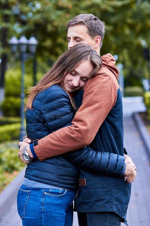 amanti Una coppia amorosa cammina intorno alla citt? Tenersi per mano amoroso delle coppie Abbraccio e bacio delle coppie Passegg immagine stock libera da diritti