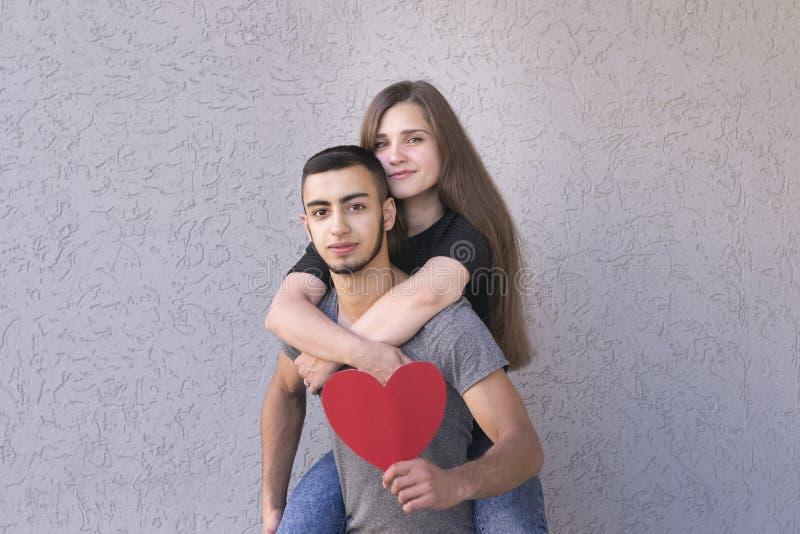 Amants avec du charme posant ensemble images libres de droits