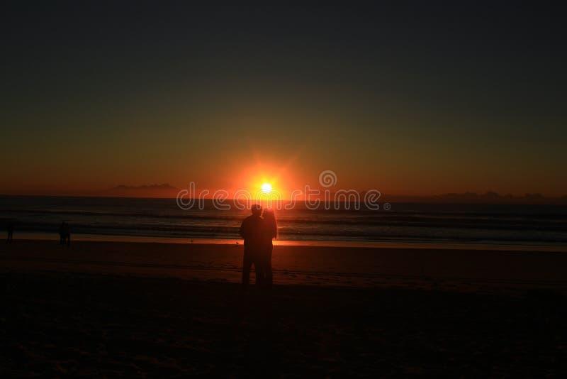 Amants avec le lever de soleil photo libre de droits