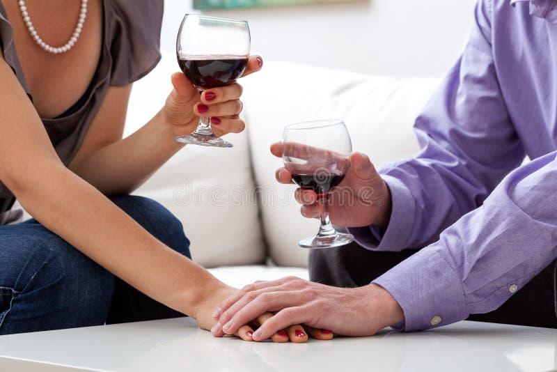 Amants buvant du vin images stock