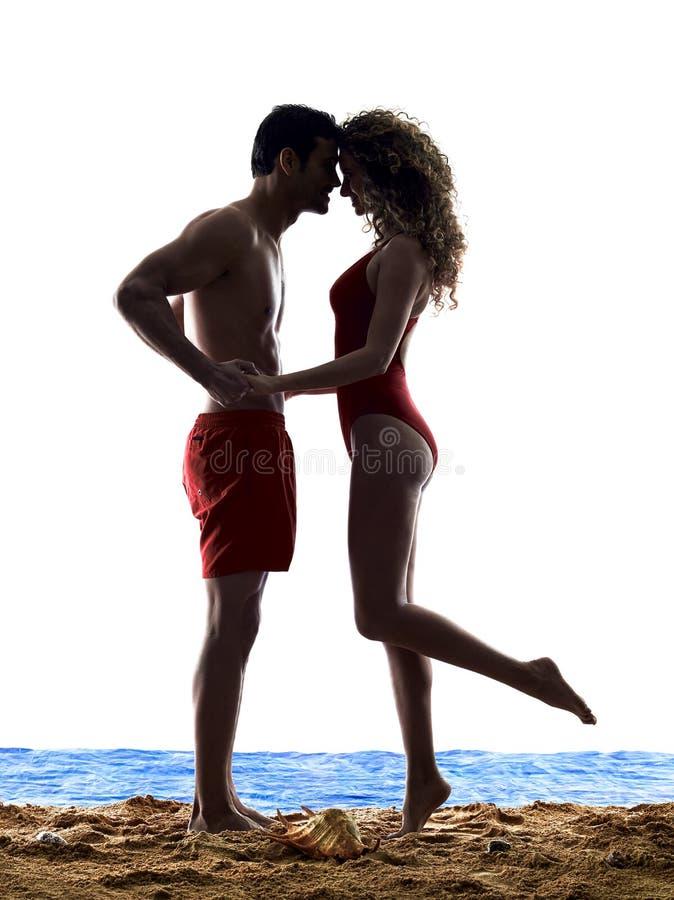 Amants de couples embrassant sur la plage photos libres de droits