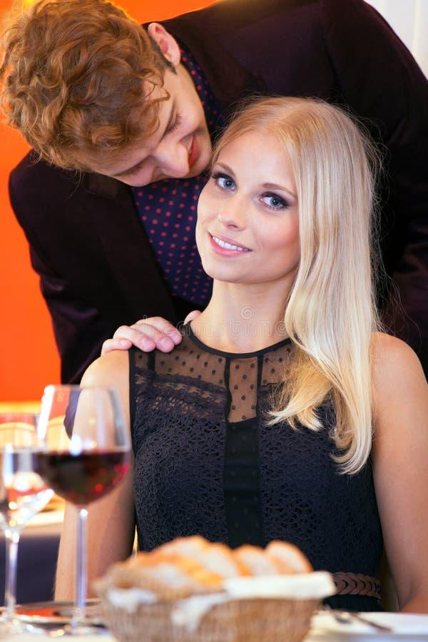 Amants doux - Guy Attempting pour embrasser l'associé images stock