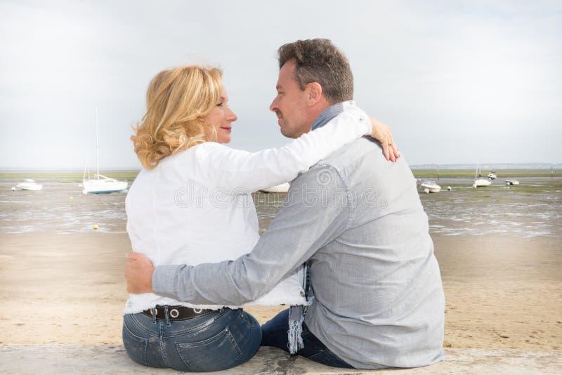 Amants mûrs ayant des moments tendres en plage d'été photo libre de droits