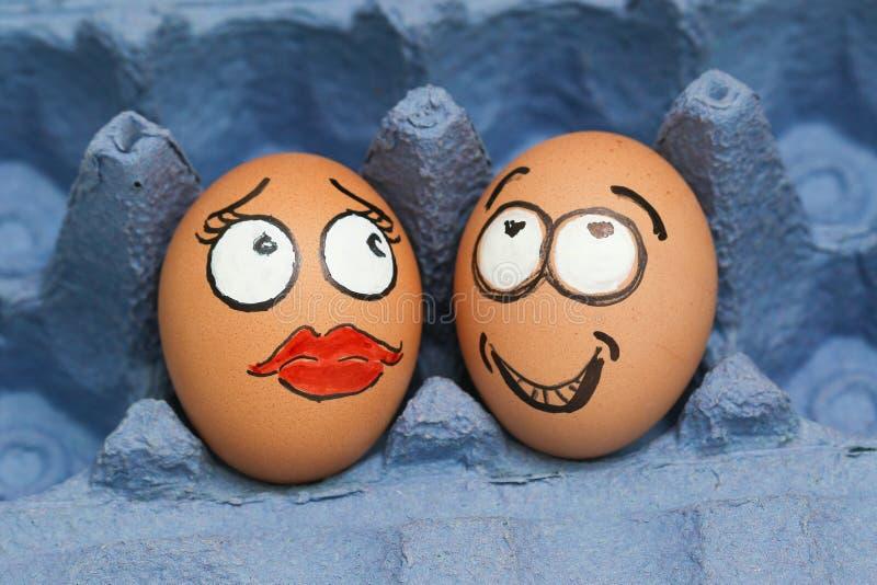 Amants masculins et féminins de visage de deux oeufs photos stock